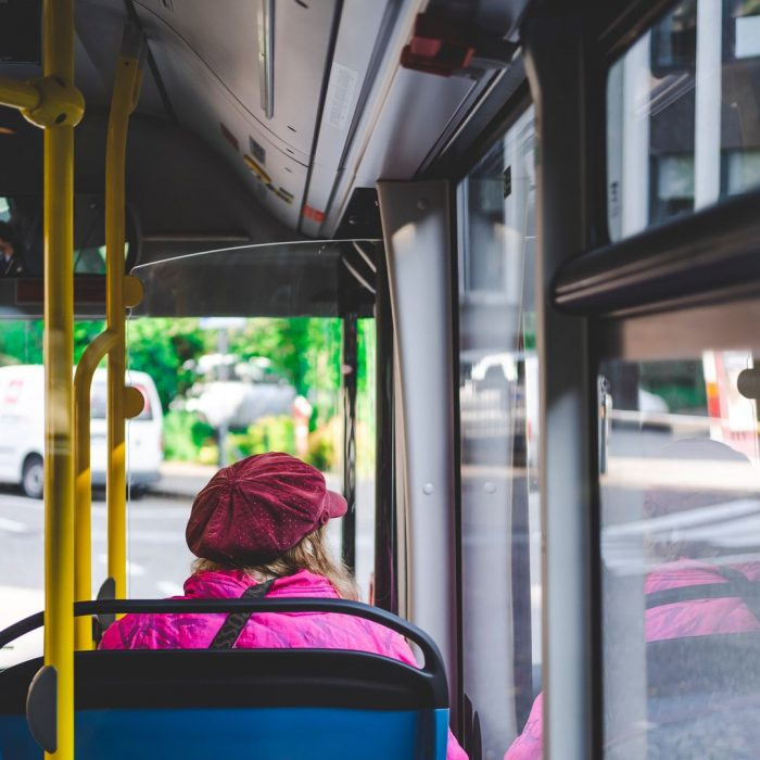 Otobüs, otobüs içinde oturan kadın, pembe mont, otobüste camdan bakmak, yolculuk
