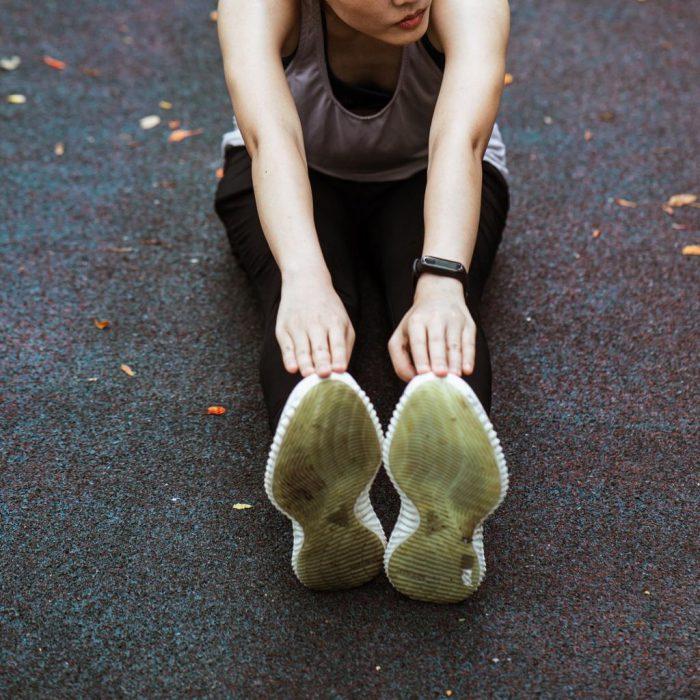 Ayağa uzanma, egzersiz, spor, hamstring germe, lumbal germe, eğilme, uzanma