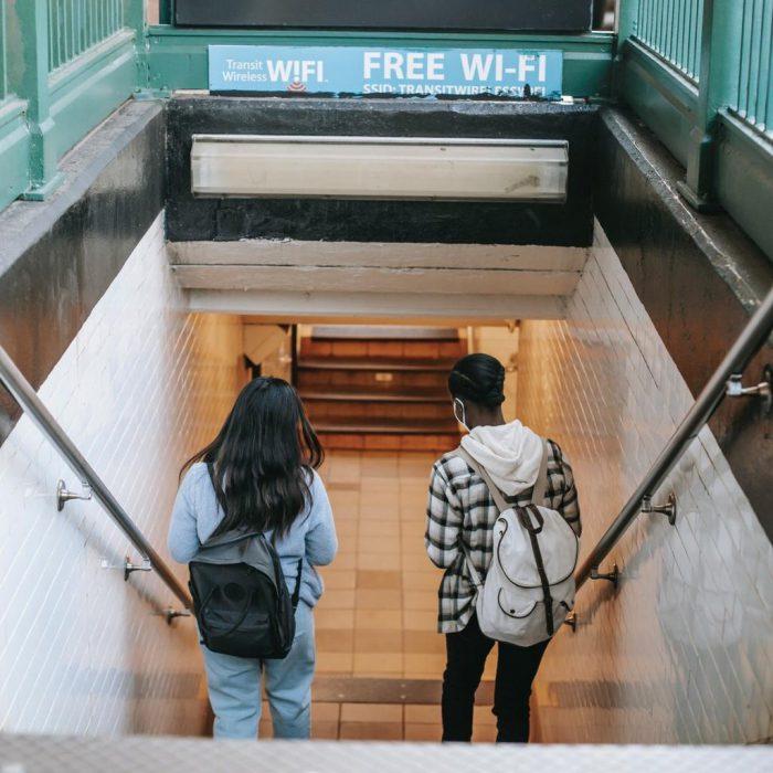 Merdiven, merdiven inmek, sırt çantası, wi-fi, metro, yürüyen iki insan
