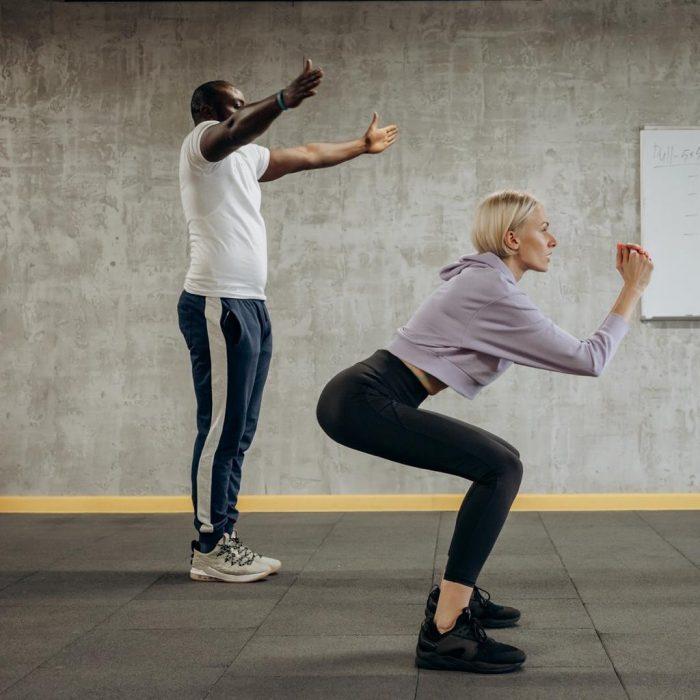 Squat, çömelme, diz bükme, spor, egzersiz, antrenör, bacak kuvvetlendirme, kalça kuvvetlendirme