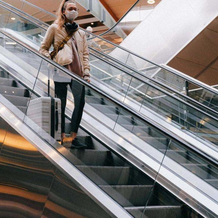 Yürüyen merdiven, yolculuk, bavul, çanta, maske, kulaklık