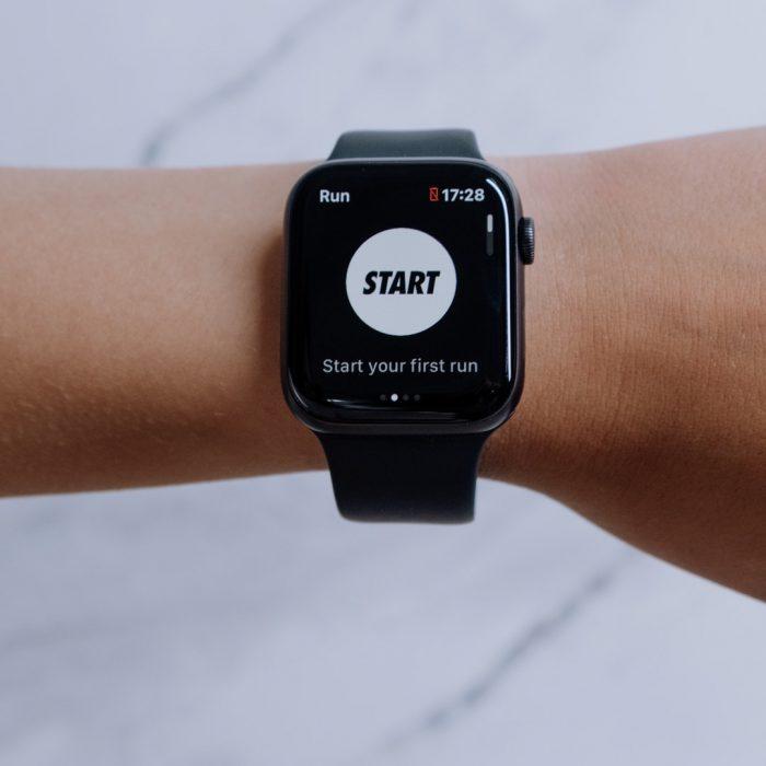 El, teknoloji, akıllı saat, start, başla, hareket, adım sayısı, ekran, saat, adım sayar