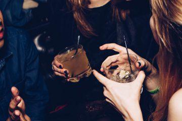 alkol, içki, alkollü içecek, gece, sosyalleşme, aleme akma, kız kıza, sohbet, bar, gece kulübü, eğlence