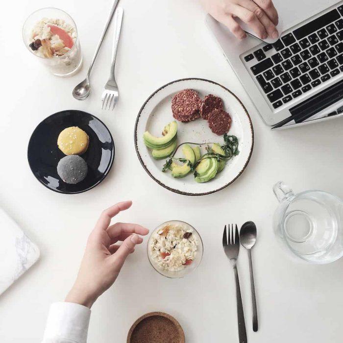 bilgisayar, mac, teknoloji, beyaz, yemek, menü, öğün, ara öğün, atıştırma, macaron, makaron, kaşık, çatal, su, avokado, tatlı