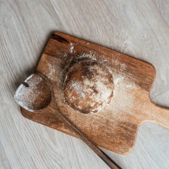 ekmek, ekşi mayalı ekmek, karbonhidrat, kesme tahtası, kaşık, un