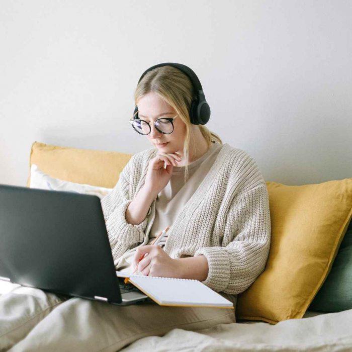 evden çalışma, karantina, kadın, gözlük, müzik dinleme, kendine zaman ayırmak, çalışmak