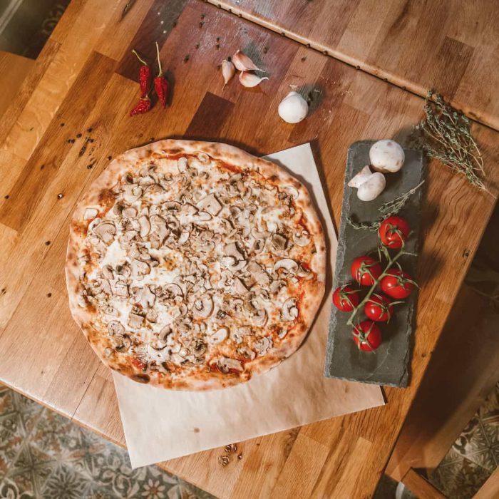 sade pizza, hamur işi, ana öğün, diyet kaçamağı, mantarlı pizza, domates, tahta, ot, kırmızı biber, sunum, tahta
