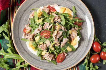 ton balığı, tonbalık, menü, yemek, öğün, sağlıklı menü, domates, yeşillik, roka, yumurta