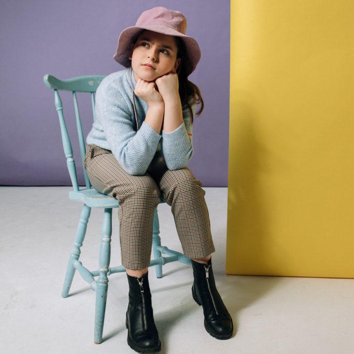 Oturmak, sandalye, sandalyede oturmak, oturan kız, şapkalı kız, küçük kız, düşünmek, sıkılmak