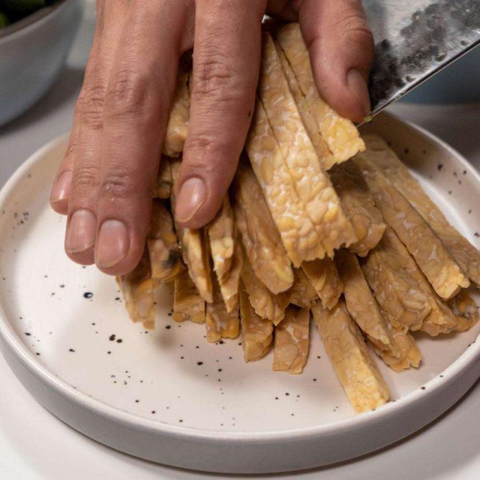 doğrama, kesme, tabak, porsiyonlama, tempe, tempeh, soya ürünü, soya fasulyesinden yapılan endonezya besini