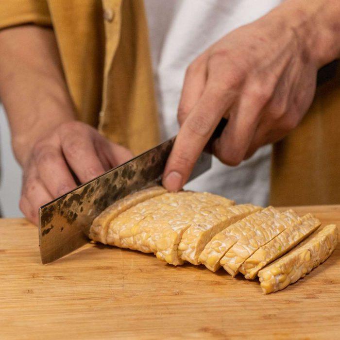 kesme, doğrama, el, parmak, mutfak, kesme tahtası, doğrama, tempe, tempeh, soya ürünü, soya fasulyesinden yapılan endonezya besini