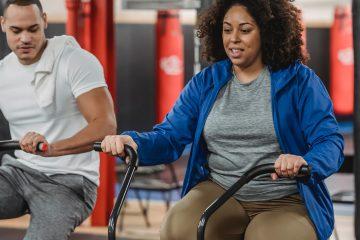 Egzersiz, spor, egzersiz bisikleti, antrenör, fizyoterapist, spor yapan kadın, spor yapan adam