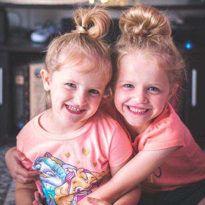 ikiz çocuklar, kız çocukları, diş, mutlu, sarılma-2