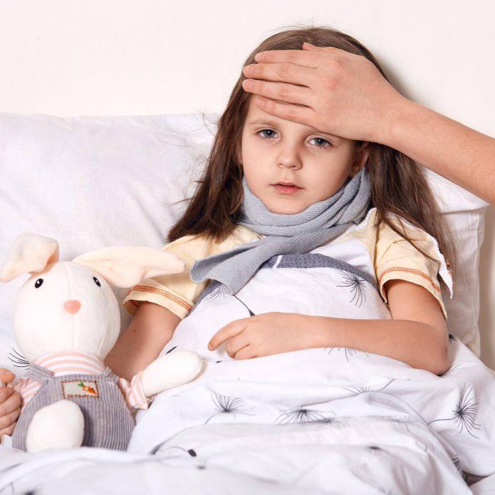 hastalanan çocuk, kız çocuğu, soğuk algınlığı, ateş, üşütme