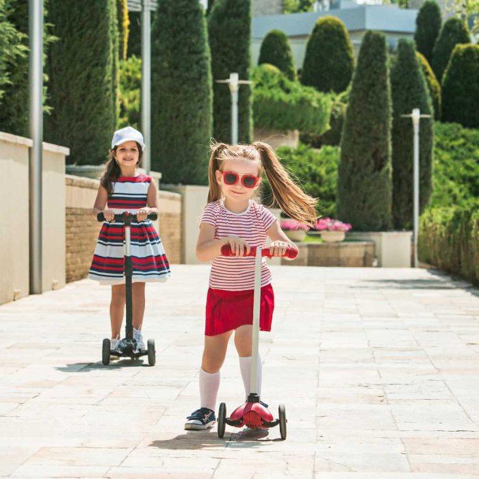 kız, kız çocuğu, arkadaş, arkadaşlık, çocukta spor, sokakta egzersiz, gözlük, skutır, scooter