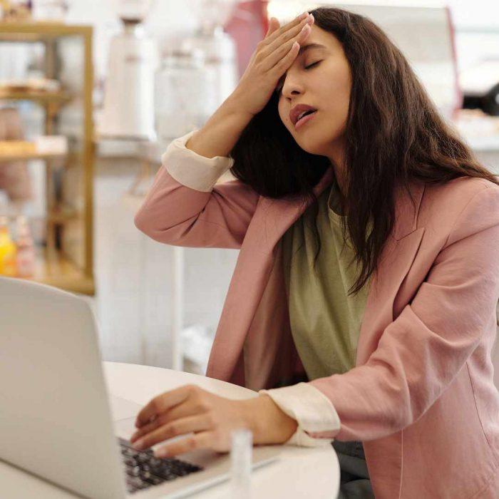 halsizlik, yorgunluk, bitkinlik, tükenmişlik, kırgınlık, hastalık, kadın, iş, ofis, bilgisayar, çalışma, toplantı