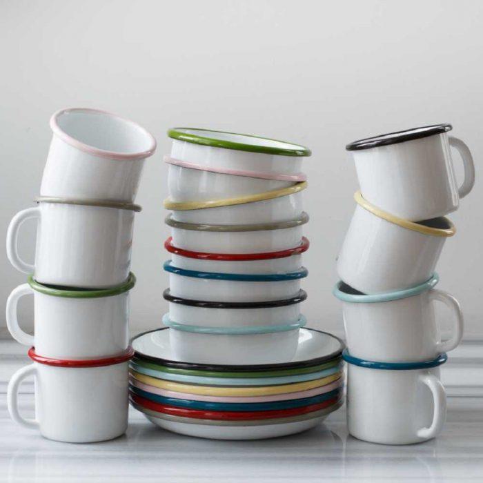 emaye mutfak malzemeleri, fincan, fincan altlığı, bulaşık, beyaz, renkli, karışık, üstü üste, sıkışmışlık