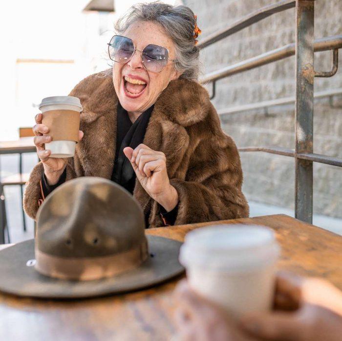 neşeli kadın, yaşlı, kahve, güneş gözlüğü, take away kahve, şapka, menopoz, geriatri